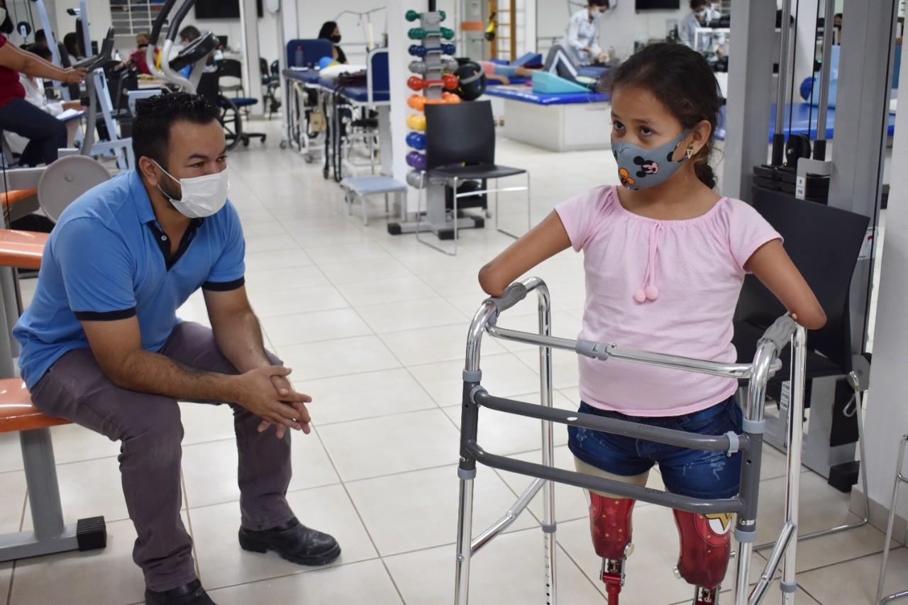 Após anos com crocs nos joelhos para caminhar, Raísa emociona ao andar pela 1ª vez como 'Mulher-Maravilha'