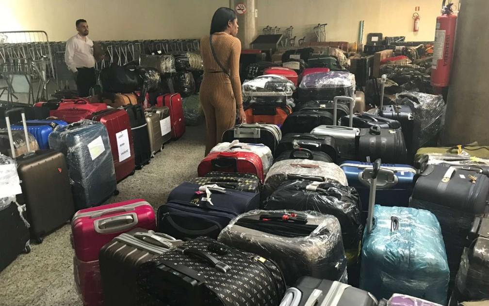 Bagagens de médicos cubanos se acumulam em saguão do Aeroporto Internacional de Brasília — Foto: Marília Marques/G1