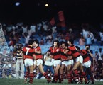 Mozer, Júnior, Zico, Nunes e Adílio caminham abraçados | Arquivo / Agência O Globo