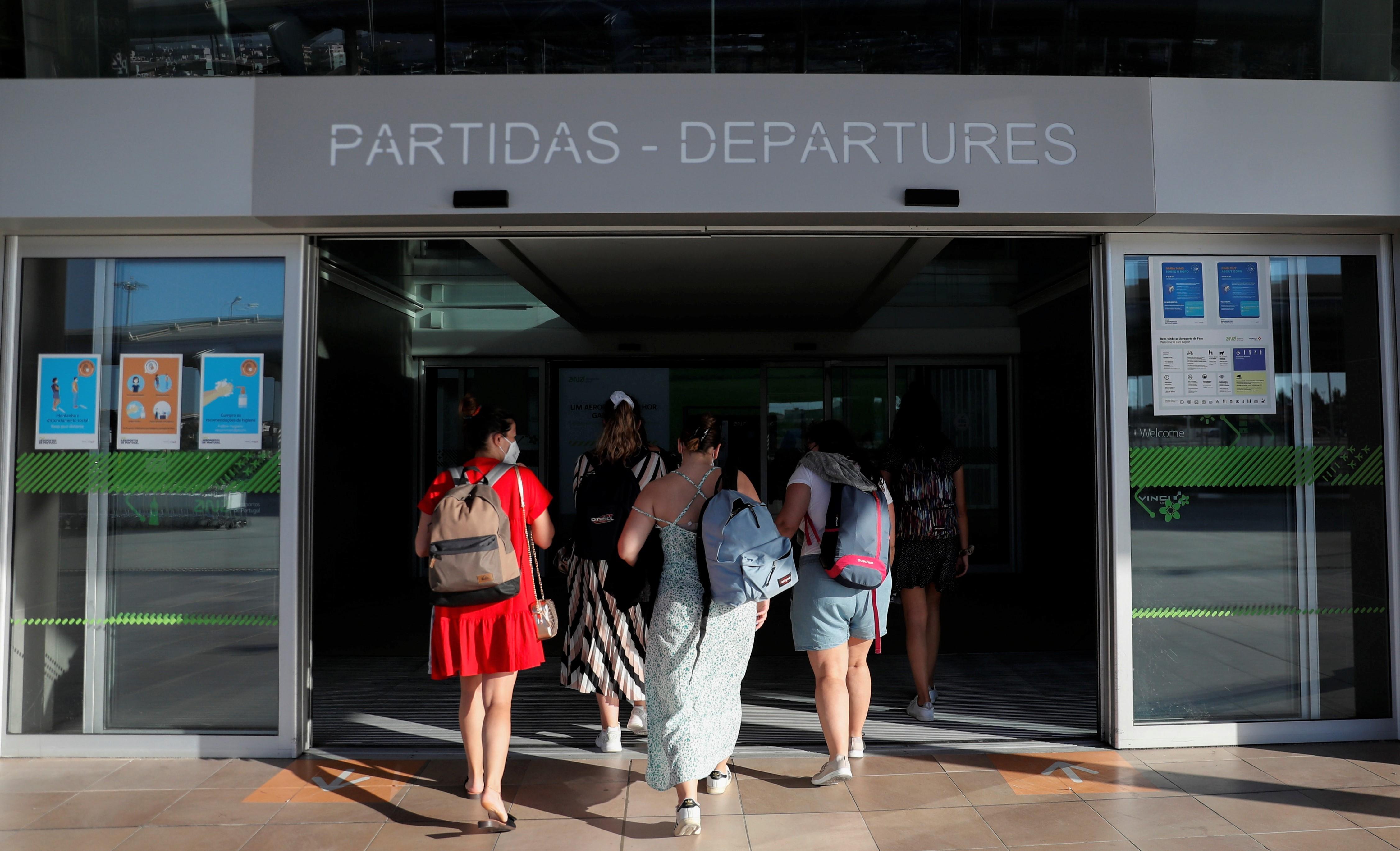 Passageiros no setor de embarque no aeroporto de Faro, em Portugal