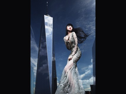 Jessica Minh Anh posa diante do World Trade Center One, em Nova York