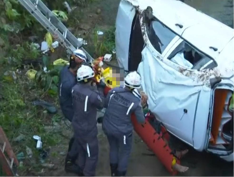 Motorista fica ferido após perder controle de veículo e cair em córrego, em Salvador — Foto: Reprodução/TV Bahia