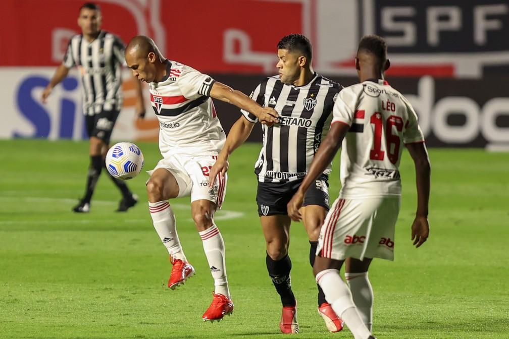 Miranda e Hulk em campo no jogo entre São Paulo e Atlético-MG — Foto: Marcello Zambrana/AGIF