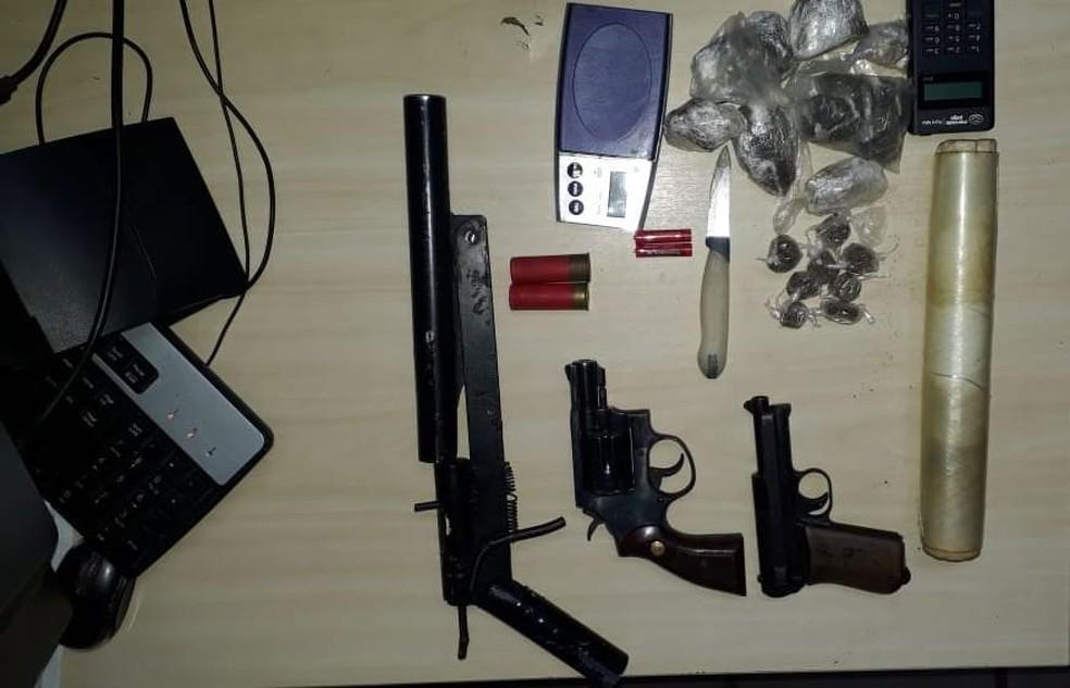 Polícia encontrou armas, drogas e balanças de precisão com suspeitos baleados após confronto na Zona Oeste de Natal nesta terça (14) — Foto: Sérgio Henrique Santos/Inter TV Cabugi