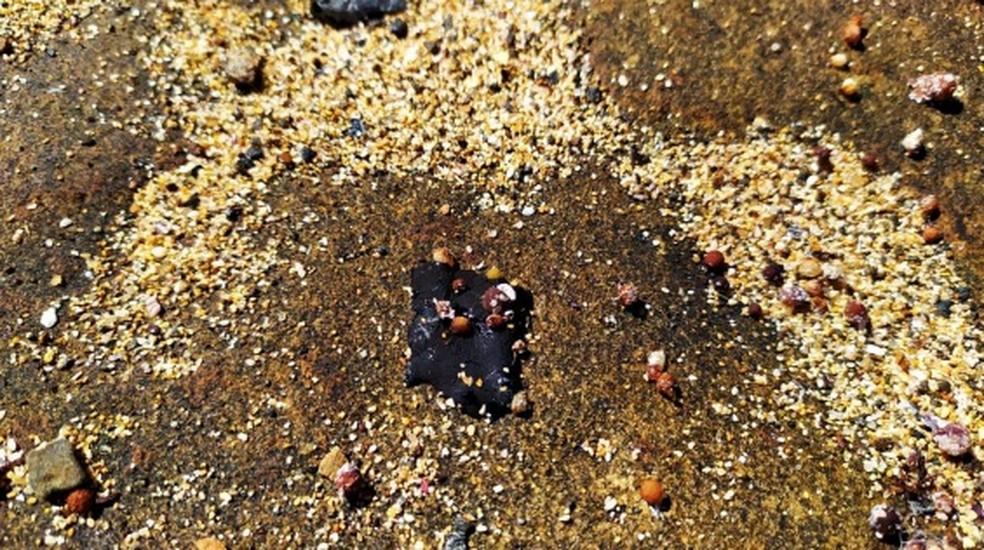 Fragmento de óleo na praia norte da Ilha de Santa Bárbara, em Abrolhos — Foto: Divulgação/Marinha