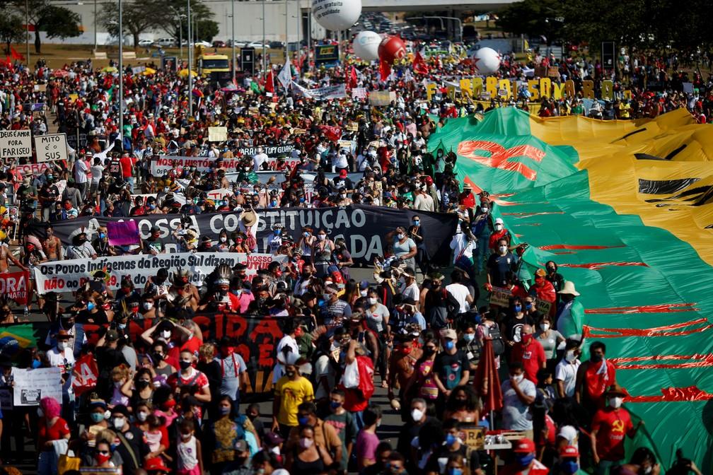 Manifestantes fazem protestos contra Bolsonaro e a favor da vacinação em Brasília — Foto: Adriano Machado/Reuters