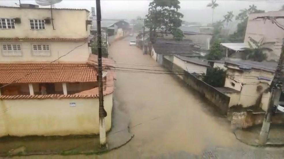 Chuva provoca alagamentos em Alfredo Chaves, no Espírito Santo — Foto: Reprodução/ TV Gazeta