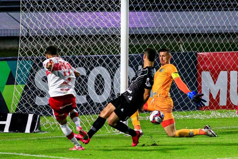 Jajá parou no goleiro Ivan — Foto: Ailton Cruz/Gazeta de Alagoas