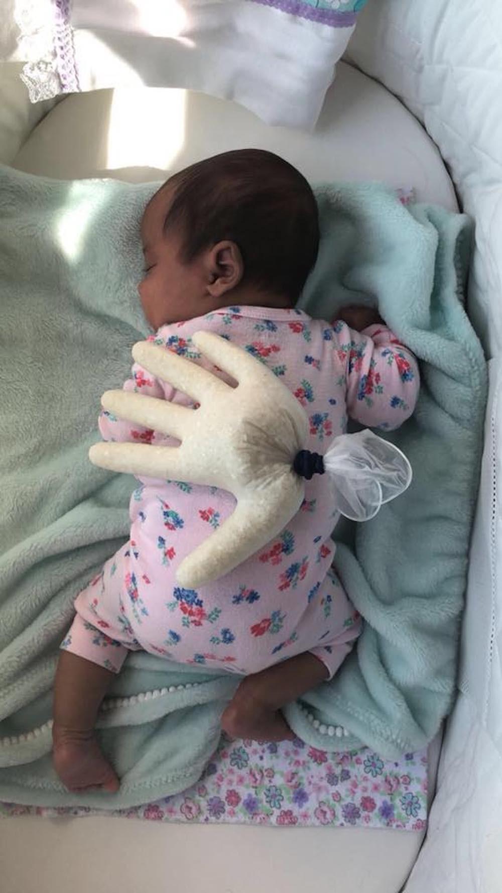 Anayah no berço (Foto: Reprodução Facebook)