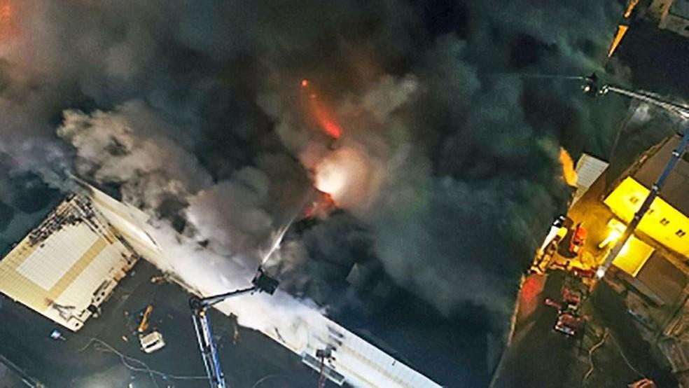 Bombeiros combatem fogo em shopping em Kemerovo, na Sibéria, no domingo (26) (Foto: Ministério de Situações de Emergência da Rússia/AFP)