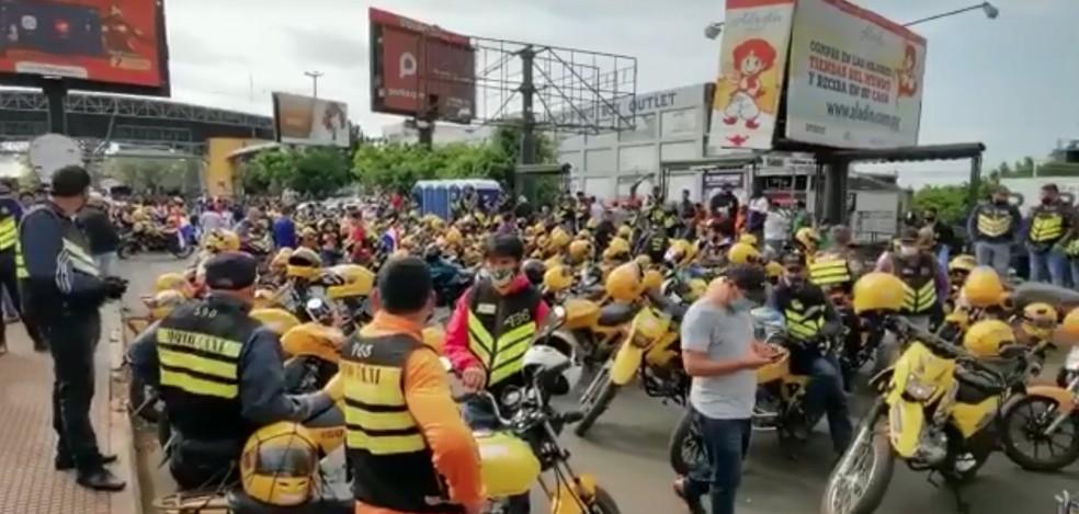 Protesto pela reabertura total da Ponte da Amizade ocorre, nesta terça-feira (22), em Cidade do Leste — Foto: CDEHOT/Imagem cedida