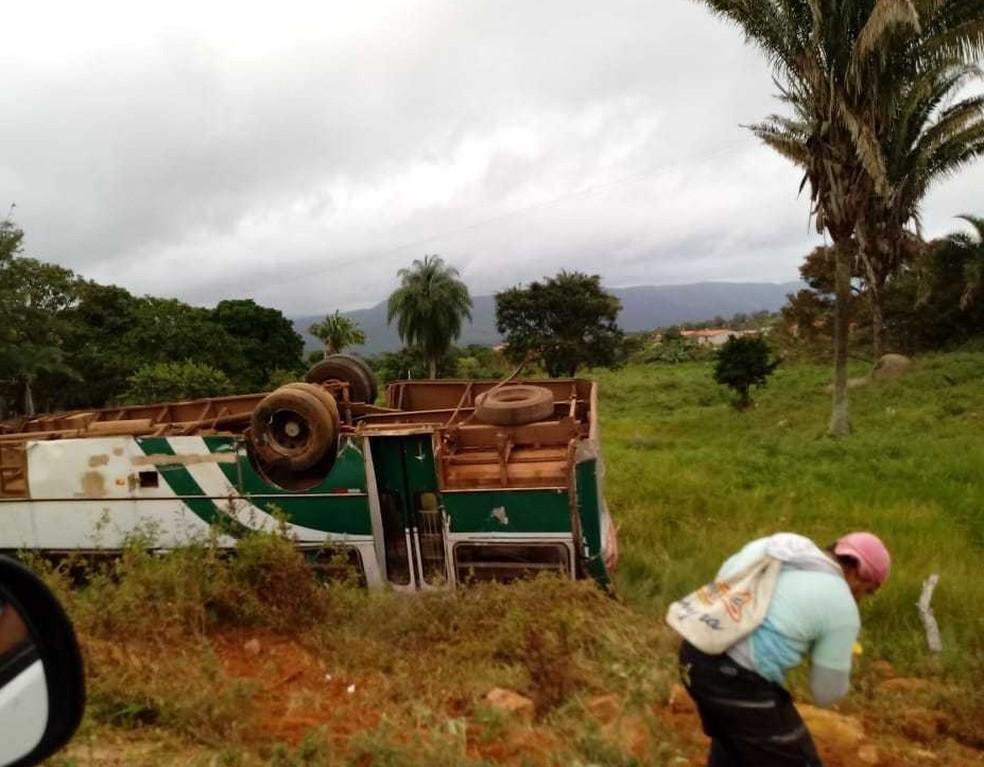 Após colisão, ônibus tomou às margens da pista na manhã deste sábado, na BA-372, região norte da Bahia (Foto: Polícia Militar/Divulgação)