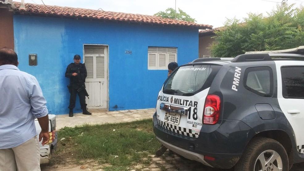 Casal foi encontrado na manhã desta segunda (15) dentro de casa na rua Hermano Mota (Foto: Hugo Andrade/Inter TV Costa Branca)