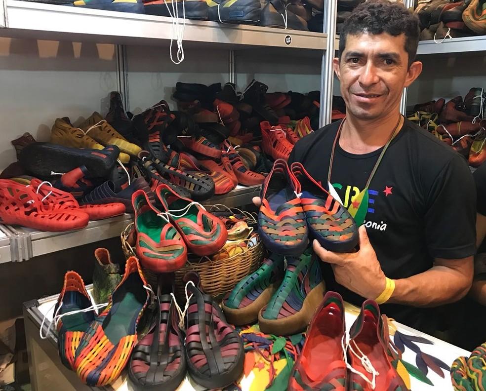 'Dr. Borracha' expõe, na Fenearte, sapatos criados utilizando apenas látex (Foto: Penélope Araújo/G1)
