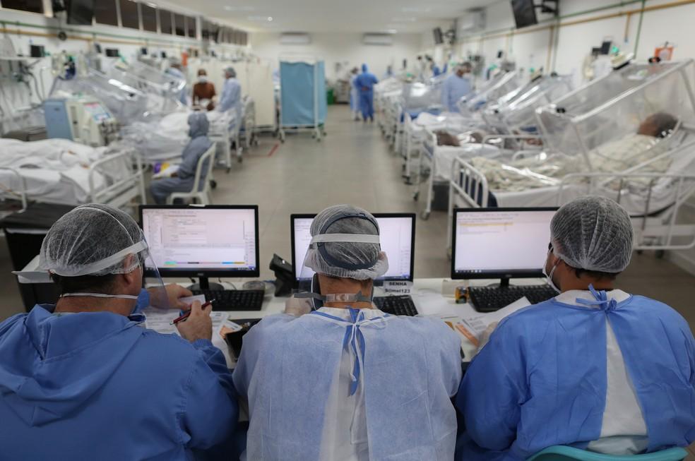 Equipe de saúde monitora pacientes com Covid-19 internados na UTI do hospital Gilberto Novaes, em Manaus, no dia 20 de maio. — Foto: Michael Dantas/AFP