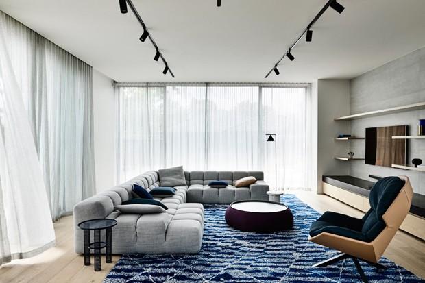 Décor do dia: tapete colorido transforma sala de estar