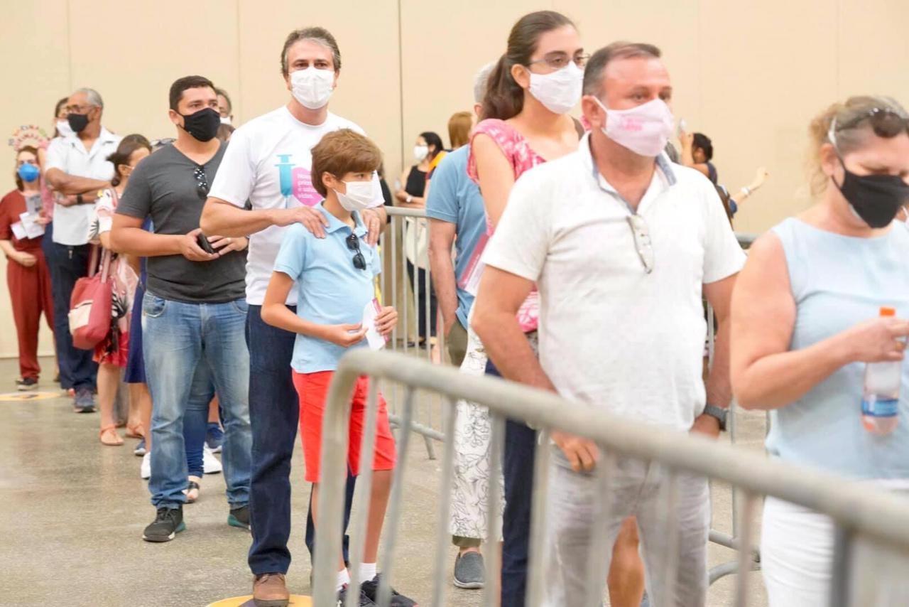 Governador Camilo Santana é vacinado contra Covid-19 em Fortaleza