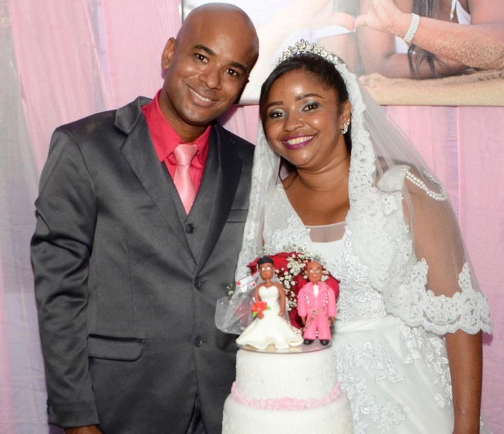 Ivan durante o casamento também usou rosa e até o bonequinho do bolo é rosa — Foto: Arquivo Pessoal
