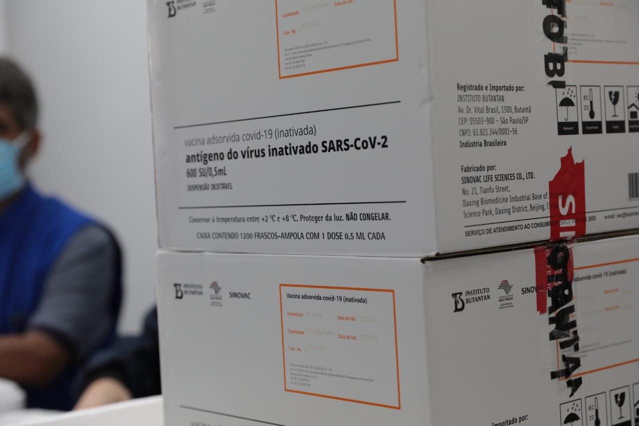 Segundo lote de vacinas contra Covid-19 deve chegar em MT ainda em janeiro, diz governador
