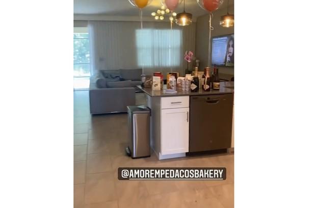 Sala da casa em que Anitta está hospedada em Orlando (Foto: Reprodução)
