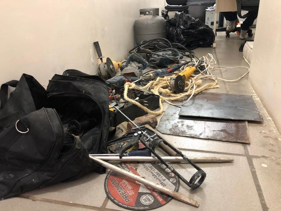 Materiais usados por criminosos para tentar roubar banco foram recolhidos pela polícia — Foto: Mariana Rocha/Inter TV Cabugi