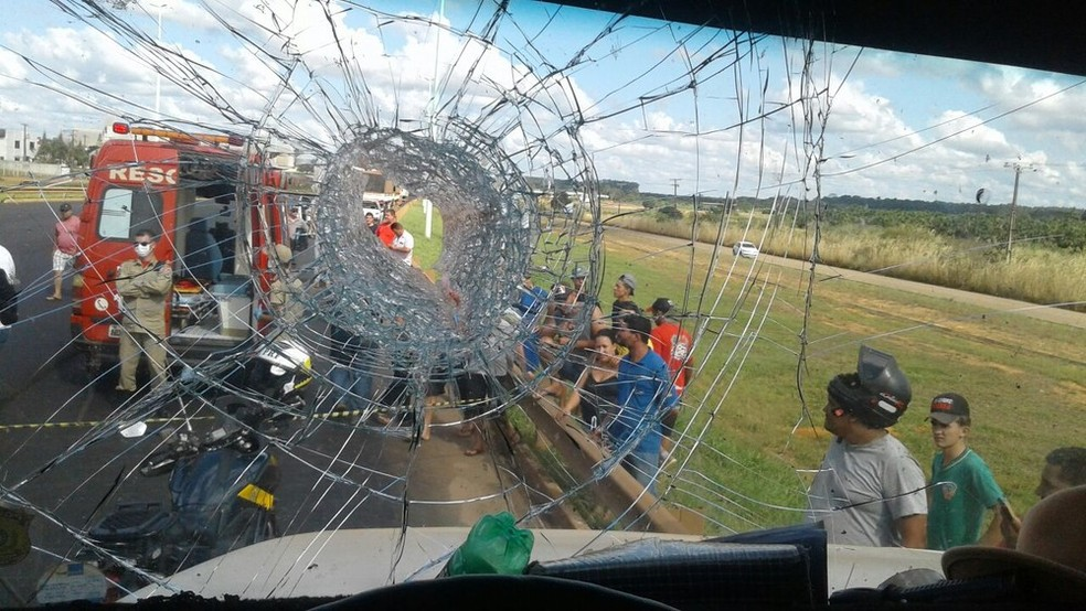 Foto mostra buraco em vidro atingido por pedra jogada por Willians.  — Foto: PRF/Divulgação