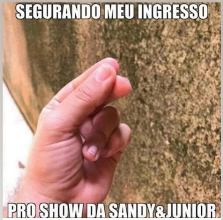 Sob chuva, fãs de Sandy e Junior enfrentam longa fila no Rio para compra de ingressos - Noticias