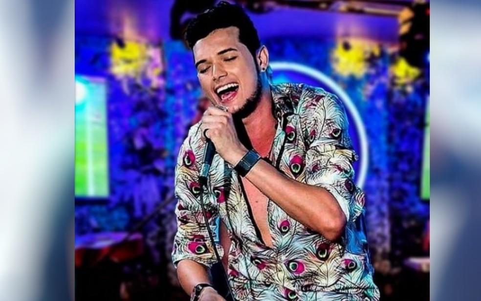 Cantor sertanejo Robson Satto durante show em Goiás — Foto: Reprodução/Instagram