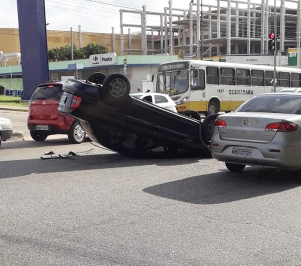 Capotamento deixou trânsito lento na João Medeiros Filho, na Zona Norte da cidade — Foto: Klênyo Galvão/Inter TV Cabugi