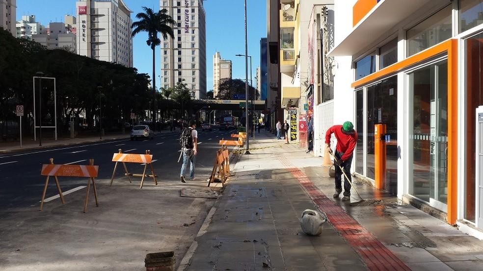 Piso tátil da Av. Glicério, revitalizada há um ano, é alvo de críticas (Foto: Murillo Gomes)