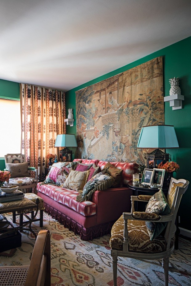 LIVING O antigo sofá recebeu tecido estampado da Celina Dias e linho da Vitrine (Foto: Gui Morelli / Editora Globo)