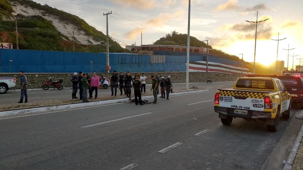 Homem morreu atropelado em acidente na Avenida Litorânea neste domingo de carnaval — Foto: Douglas Pinto/TV Mirante