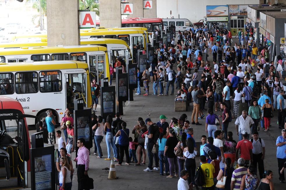 Passageiros aguardam ônibus na rodoviária do Plano Piloto, em imagem de arquivo (Foto: Gabriel Jabur/Agência Brasília)