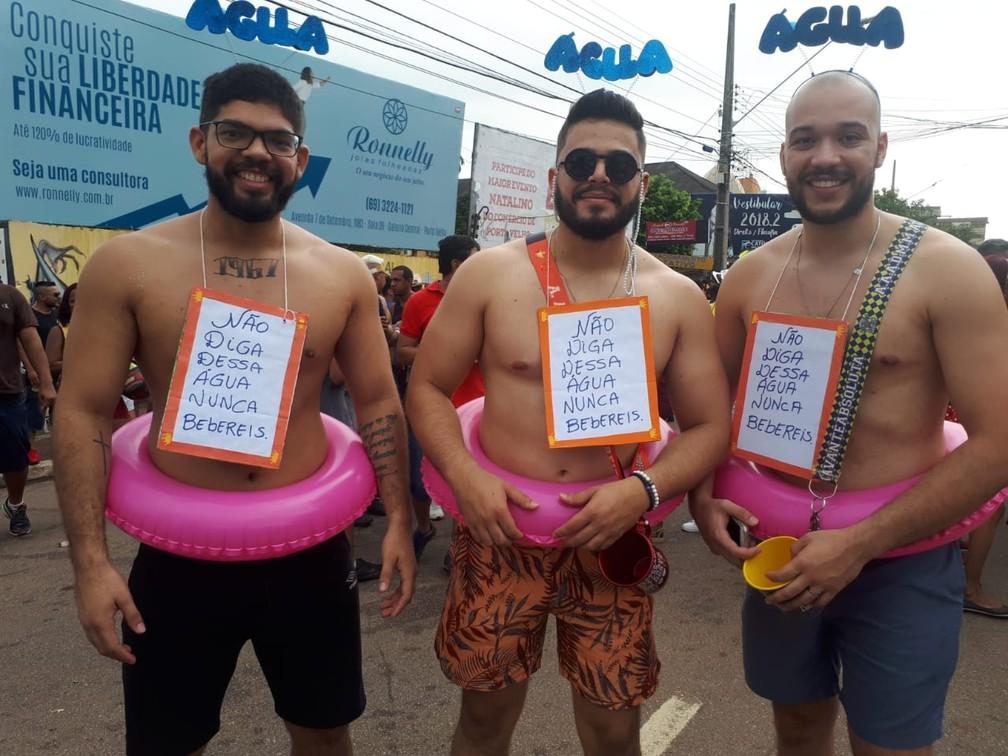 Homens se fantasiam com referência à água no BQVV em Porto Velho.  — Foto: Ana Kézia Gomes/G1
