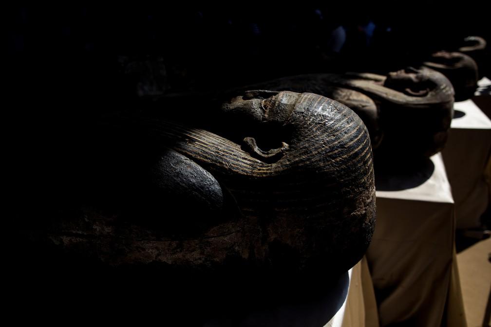 Sarcófagos com cerca de 2,5 mil anos são exibidos no sítio arqueológico de Saqqara, no Egito — Foto: Mahmoud Khaled/AP
