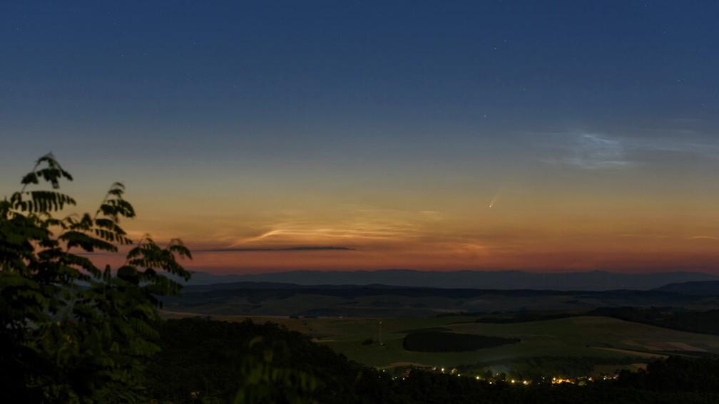 Cometa C/2020 F3 foi avistado no céu da Hungria na segunda, 6 de julho — Foto: Peter Komka/MTI/AP