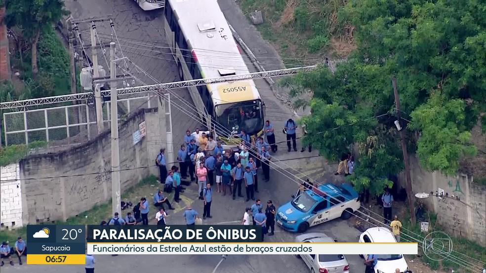 Piquete na porta da Estrela Azul, no Sampaio (Foto: Reprodução/TV Globo)