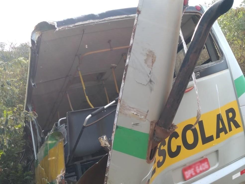 Ã?nibus escolar ficou danificado após acidente com caminhão em Itapeva (SP) â?? Foto: Arquivo Pessoal