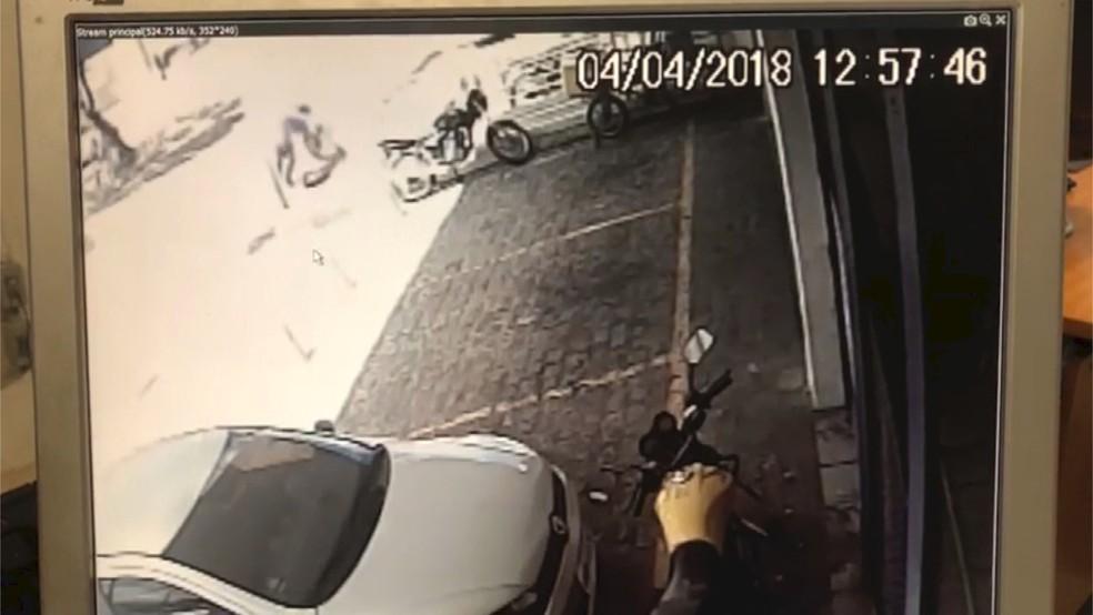 Vídeo mostra momento em que PM é baleado em 'saidinha de banco' em Natal; policial morreu no hospital (Foto: Reprodução)