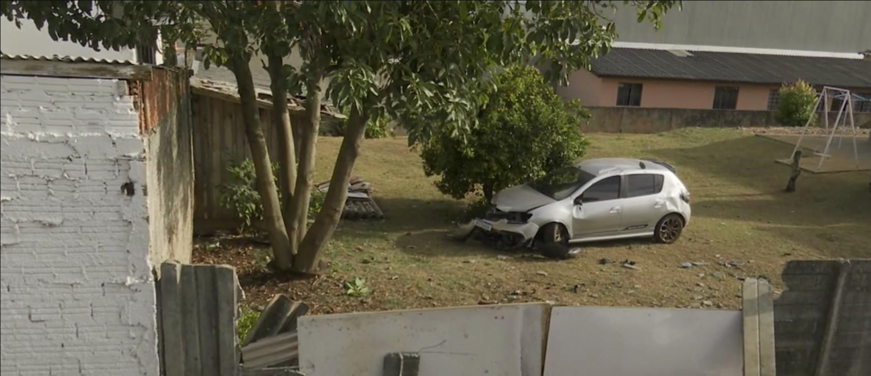 Carro atravessa canteiro central de rua e invade terreno de casa, em Ponta Grossa; VÍDEO