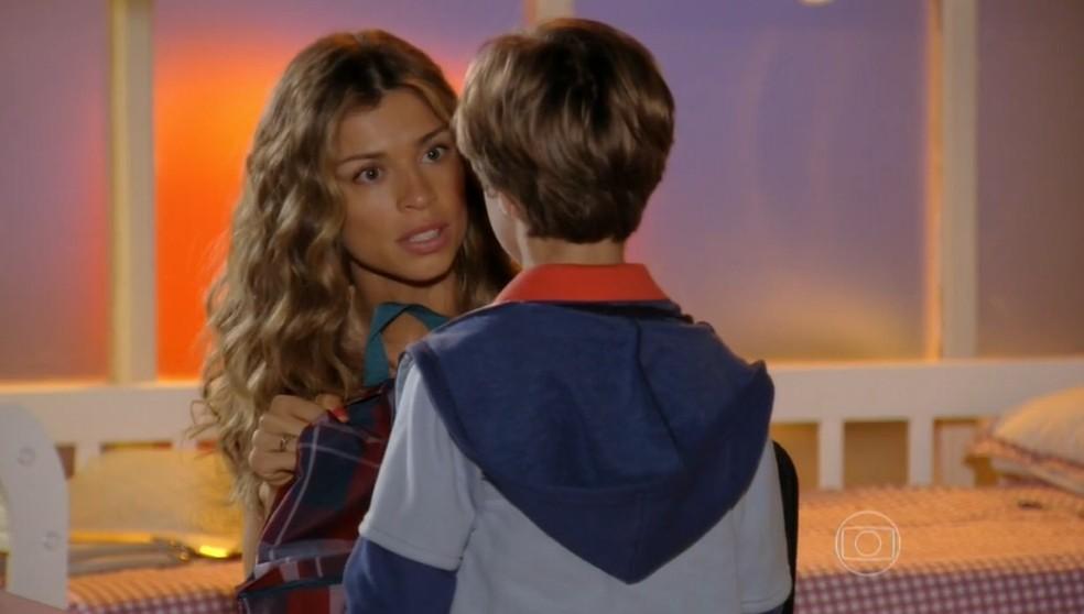 Em 'Flor do Caribe', Ester (Grazi Massafera) decide que é hora de tirar Samuca (Vitor Figueiredo) da mansão — Foto: Globo