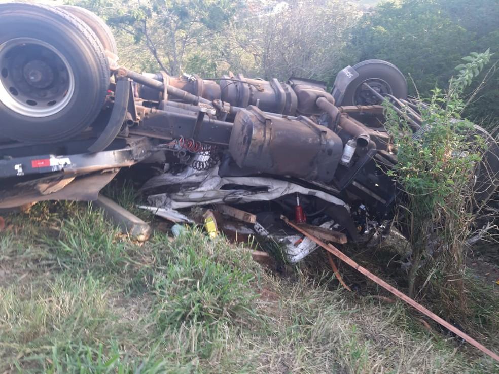 Três pessoas morrem após caminhão ficar sem freios e tombar, na BR-153 — Foto: Divulgação/BPMOA