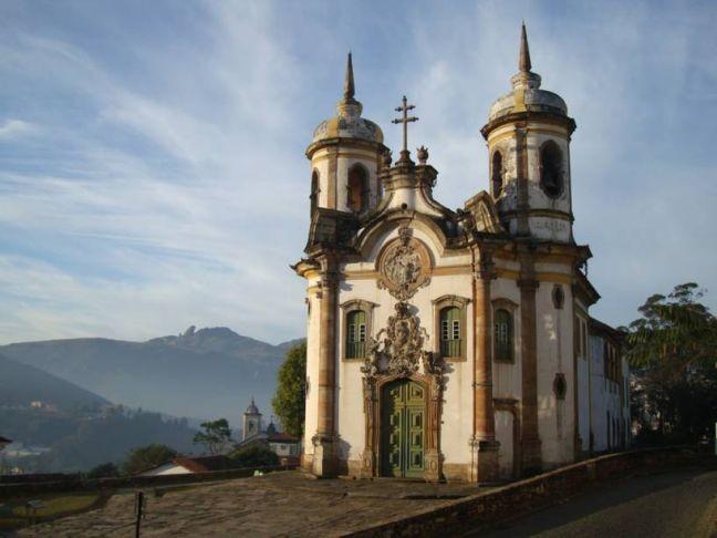Igreja de são Francisco de Assis na linda paisagem de Minas (Foto: Divulgação)
