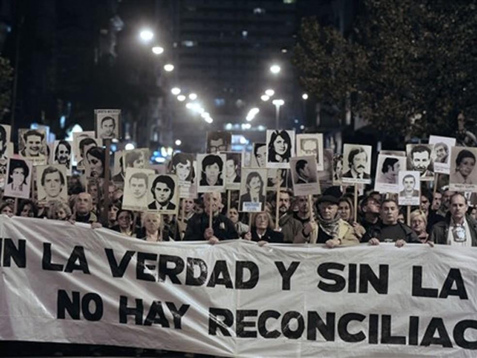 Parentes de vítimas da ditadura uruguaia (1973-1984) participam de ato em 2010 que cobra punição aos torturadores e assassinos — Foto: Pablo Porciúncula/AFP