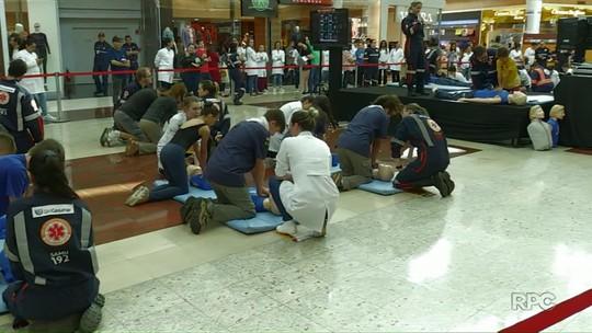 Profissionais da saúde ensinam primeiros socorros em shopping de Maringá