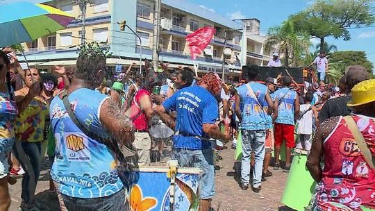 Milhares de foliões pulam carnaval nas ruas do Rio Grande do Sul