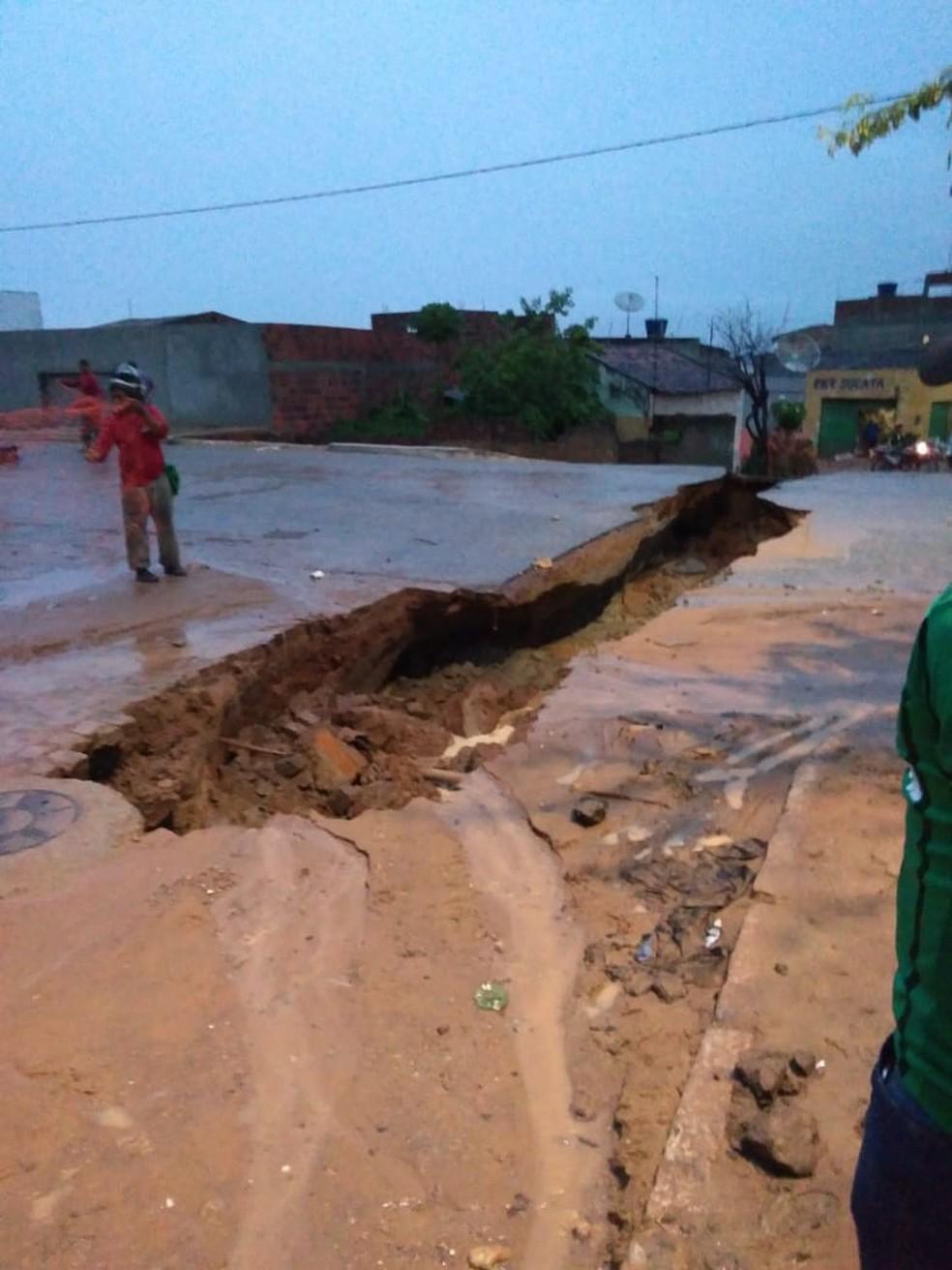 Chuva abre cratera em Buíque — Foto: WhatsApp/Reprodução