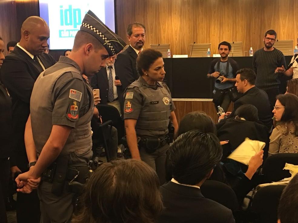 PM retirou manifestante de dentro de audiência onde ministros participam de ato (Foto: César Menezes/G1)