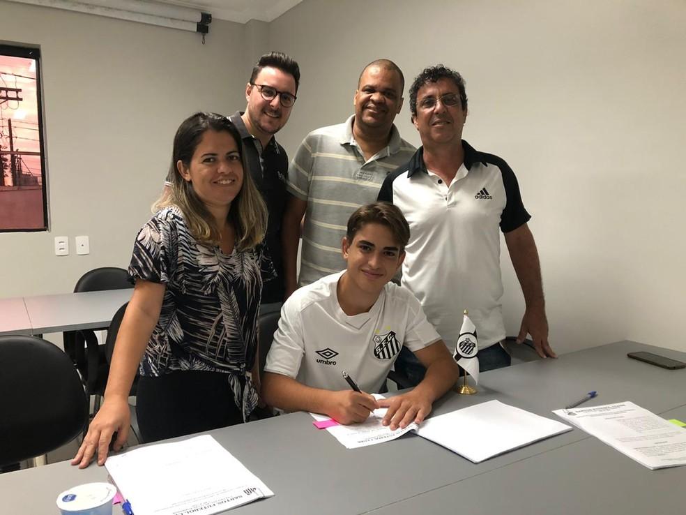 Matheus Lima assina contrato com o Santos ao lado de família e empresários — Foto: Divulgação/V2MM