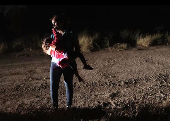 Imigrante de Honduras amamenta filha de dois anos ao ser detida na fronteira do México com os EUA (Foto: Reprodução / John Moore / Instagram)